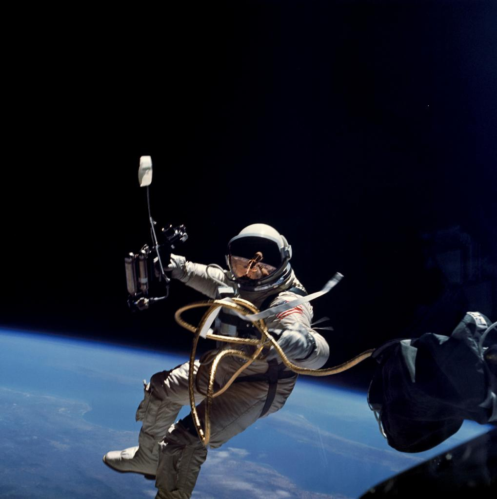 Астронавт Эдвард Хиггинс Уайт во время первого выхода американцев в открытый космос. (NASA on The Commons)