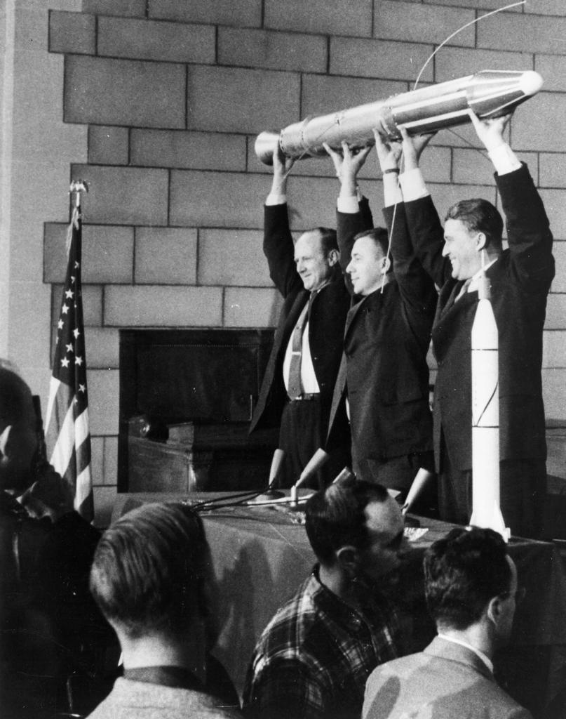 Физик и астроном Уильям Хэйуард Пикеринг, астрофизик Джеймс Ван Аллен и конструктор ракетно-космической техники Вернер фон Браун демонстрируют полномасштабную модель «Эксплорер-1» — первого американского искусственного спутника Земли. (NASA on The Commons)