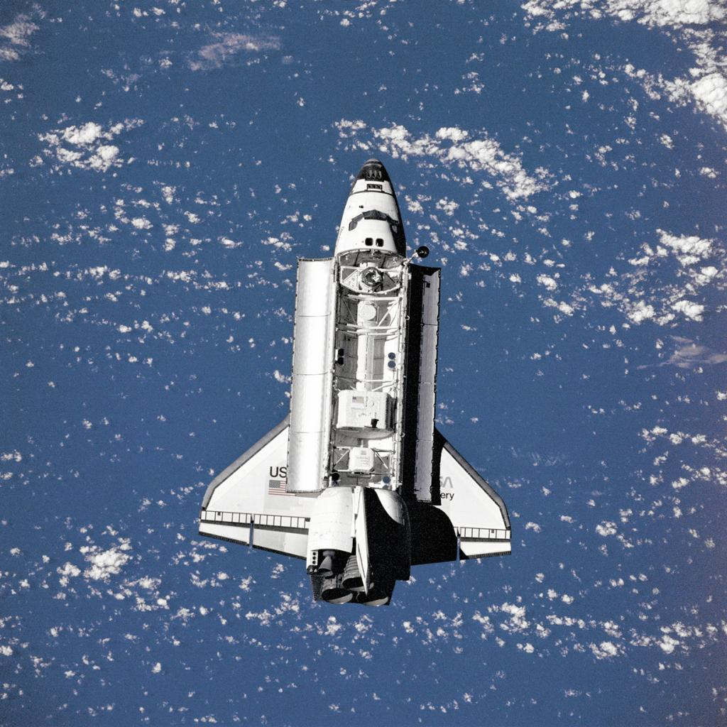 Вид на шаттл «Дискавери» с пилотируемого научно-исследовательского орбитального комплекса «Мир». (NASA on The Commons)