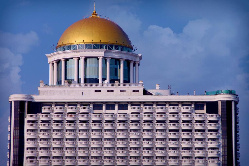 5 место. Таиланд. Бангкок. Sky Bar. Заведение расположено на 63-м этаже фешенебельного отеля Lebua At State Tower 5. Считается одним из самых высоких открытых баров в мире. (Just One Way Ticket)