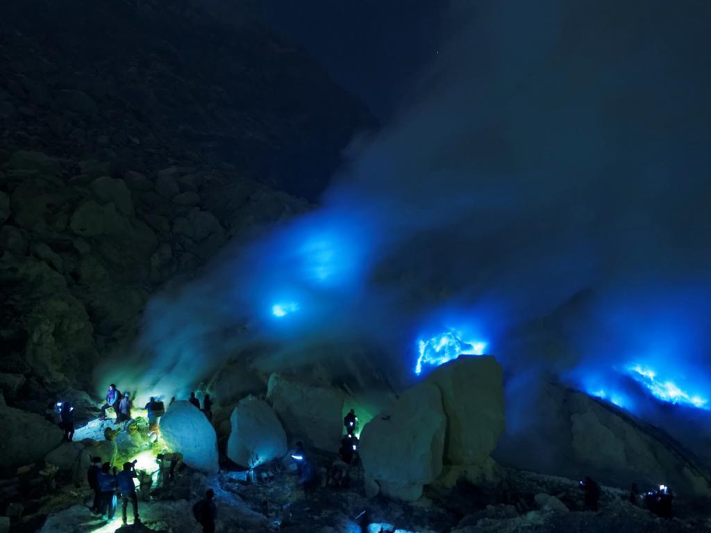 «Синий огонь». Явление наблюдается в одном из кратеров вулкана Иджен в Индонезии и представляет собой выход на поверхность вулканических газов синего цвета. (Alfred Chan)