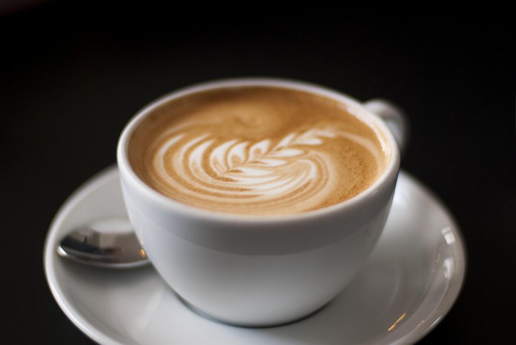 Флэт уайт — 60 мл эспрессо с 100 мл вспененного молока с минимальным количеством пены. Подаётся в керамической чашке. Напиток родом из Австралии. (Giulia Mulè)