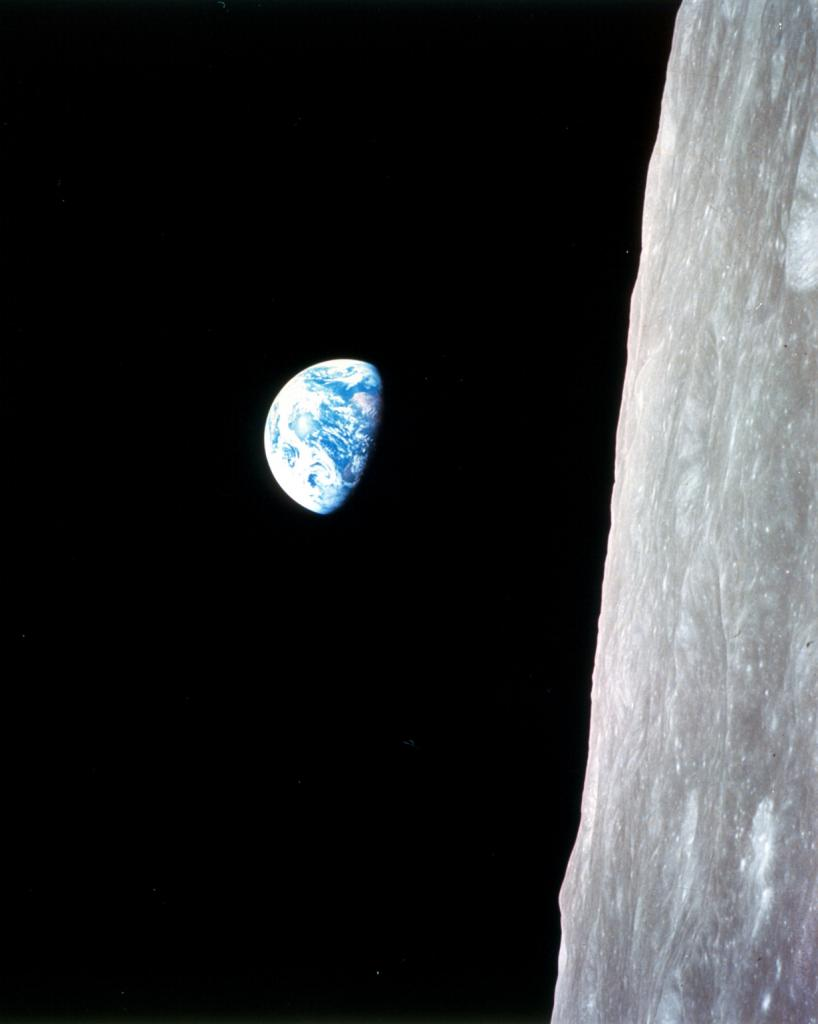 24 декабря 1968 года. Восход Земли. Снимок был сделан во время облёта Луны космическим кораблём «Аполлон-8».  (NASA on The Commons)