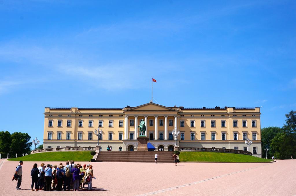 Норвегия. Осло. Королевский дворец является официальной резиденцией Харальда V. (Rebecca)