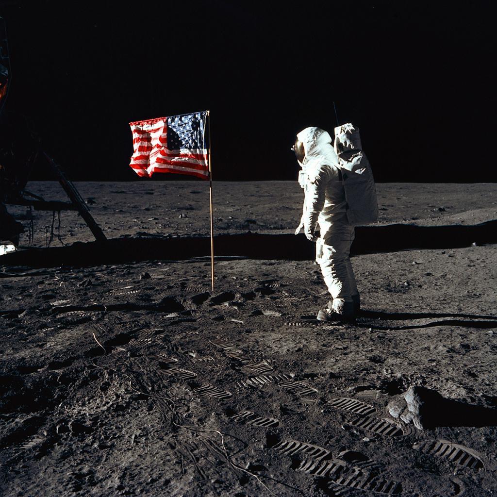 Базз Олдрин и американский флаг на Луне. (NASA on The Commons)