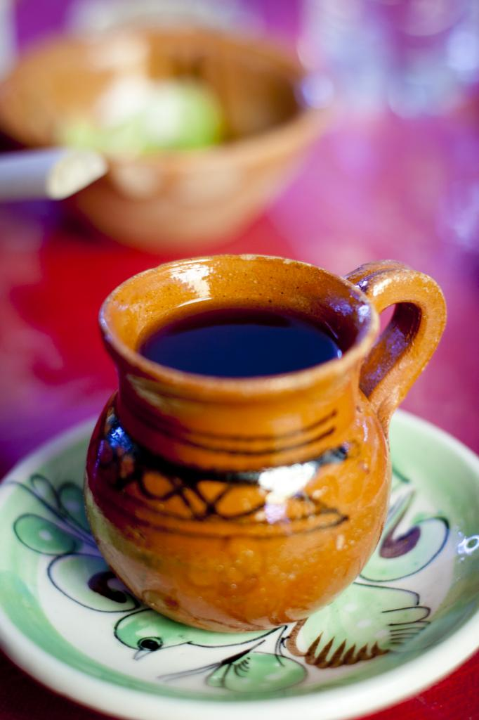 Кофе по-мексикански. В доведённую до кипения воду с сахаром, патокой, корицей и анисом добавляют кофе среднего помола и оставляют настаиваться под крышкой на пять минут. Подаётся в процеженном виде в керамических кружках. Напиток родом из Мексики. (Ana Gremard)