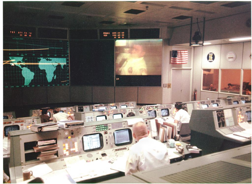 13 апреля 1970 года. Общий вид операции в Центре управления полётами во время четвёртого телемоста с «Аполлоном-13». После окончания связи в служебном модуле корабля произошёл взрыв кислородного бака и вышли из строя две из трёх имеющихся батарей топливных элементов. В результате аварии миссия по высадке на Луну отменена; все силы были направлены на спасение астронавтов. (NASA on The Commons)