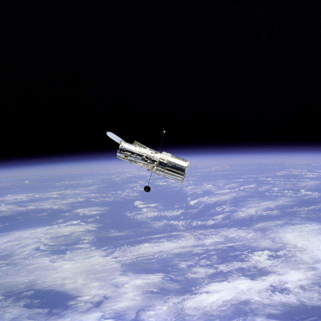 Космический телескоп «Хаббл» на фоне Земли. (NASA on The Commons)