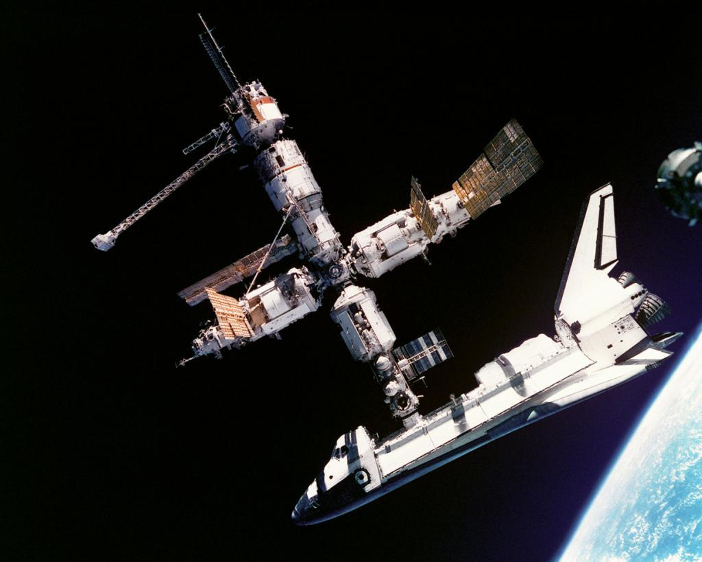 Во время стыковки шаттла «Атлантис» с пилотируемым научно-исследовательским орбитальным комплексом «Мир». Снимок был сделан космонавтами Николаем Михайловичем Будариным и Анатолием Яковлевичем Соловьёвым с «Союза ТМ-21». (NASA on The Commons)