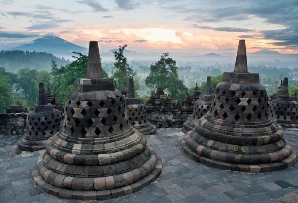 Индонезия является поистине одним из лучших экзотических направлений для отдыха. Всего за $20 на день Вы сможете позволить себе вкусно поесть, посетить увлекательные достопримечательности. На фото — буддийская ступа Боробудур. (Justine Hong)