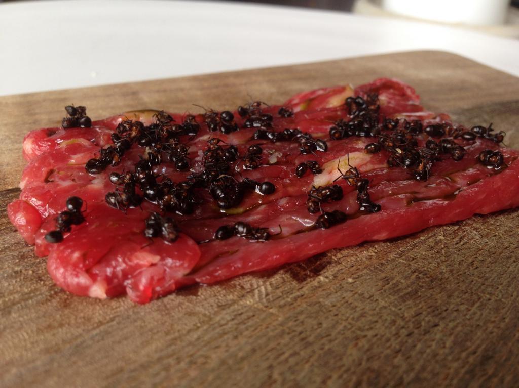 Говяжий тартар с живыми муравьями. Как ни странно, блюда с живыми муравьями можно отведать в Копенгагене, а точнее в ресторане скандинавской кухни «Нома». (stephen velasco)