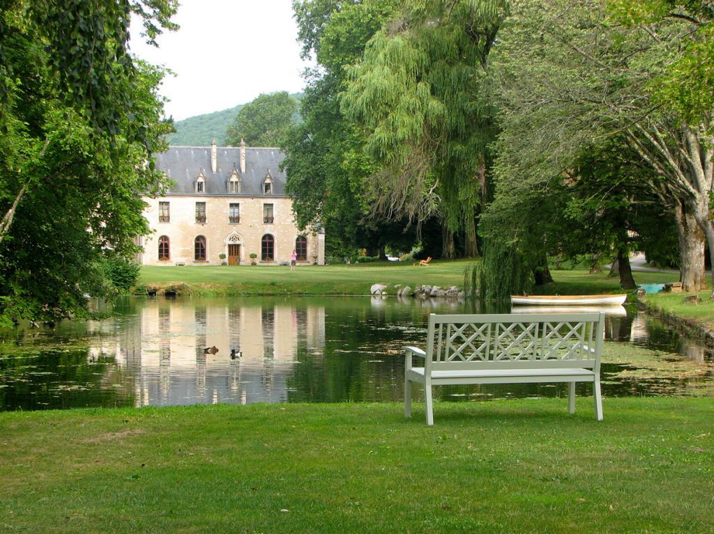 Франция. Ла-Бюсьер-сюр-Уш, Бургундия.  Отель Abbaye de la Bussière. Здание было построено в 1131 году; на сегодняшний день здесь находятся 16 номеров отеля. Стоимость номера за ночь — от €250.(jespahjoy)