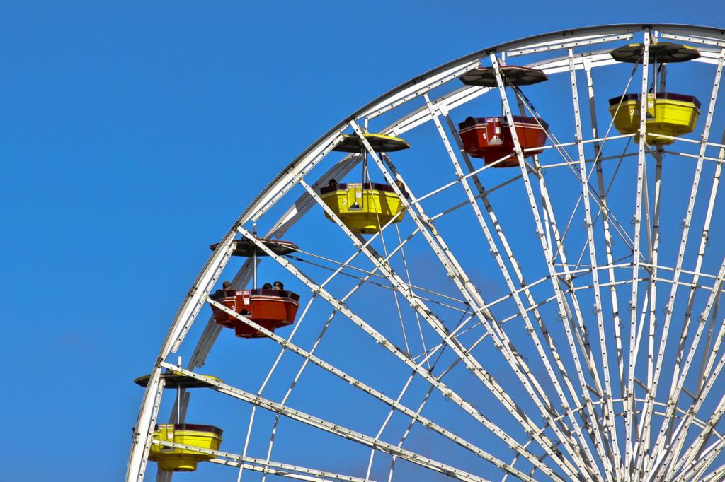 США. Калифорния. Колесо обозрения на пирсе Санта-Моники. Аттракцион является первым в мире колесом обозрения, работающим за счёт солнечной энергии. (Todd Shaffer)