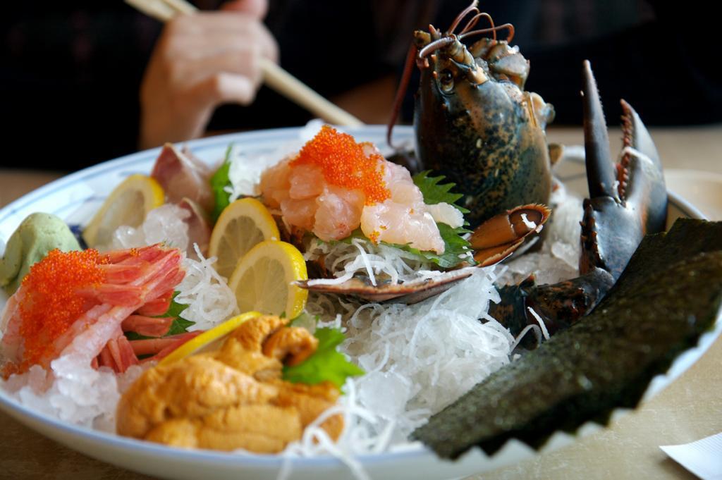 Сашими из живого омара. Блюдо относится к азиатской кухне. (jay.tong)