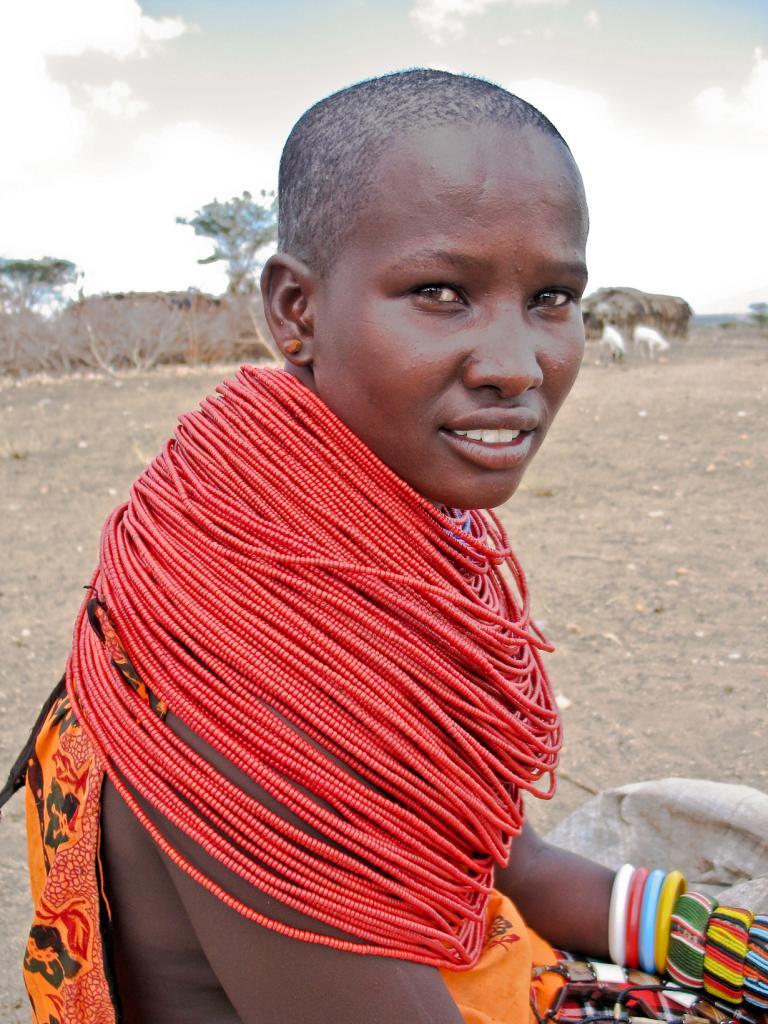Женщины, как правило, бреют голову, а мужчины, особенно воины, — носят косички. (Njambi Ndiba)