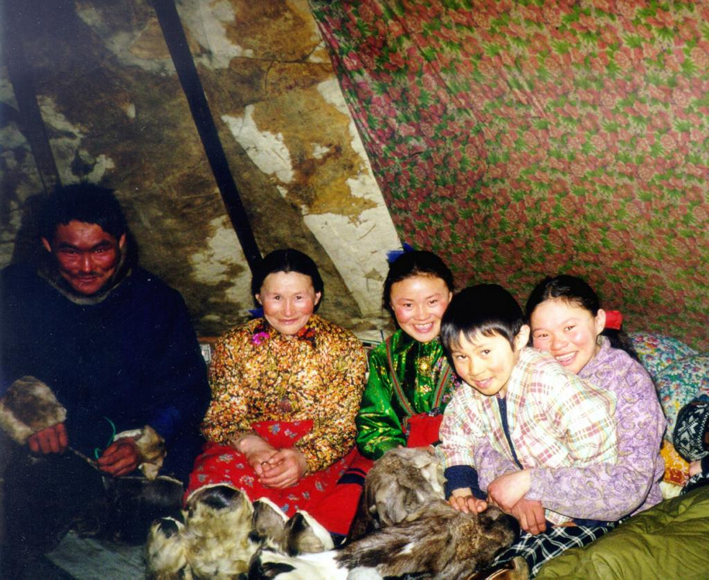 Ненцы. Проживают на территории России. Численность не превышает 45 тыс. человек. (globalconnections)