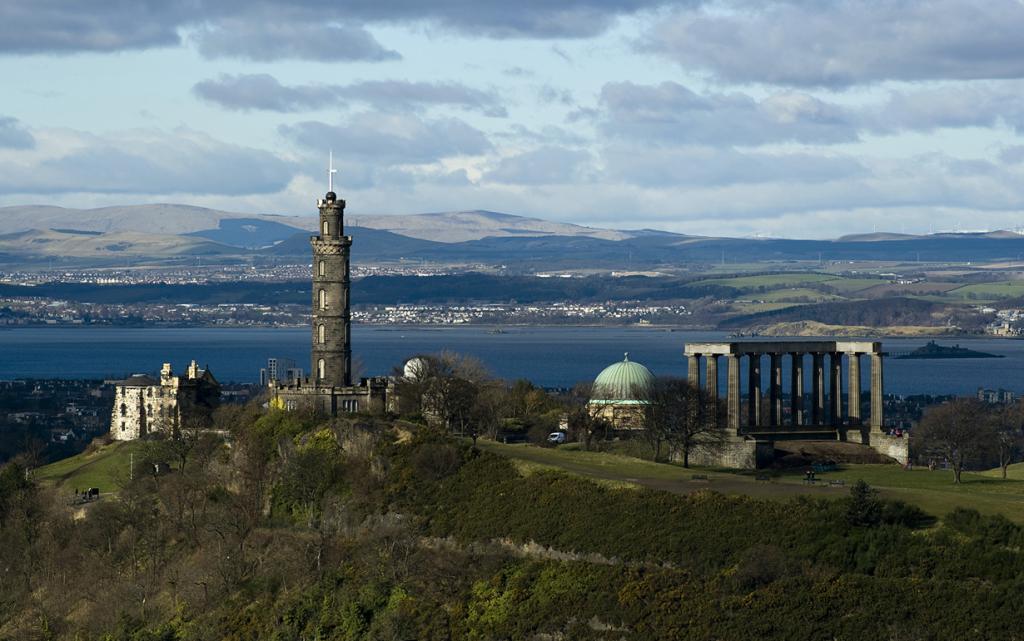 Шотландия. Эдинбург. Национальный монумент Шотландии. Строительство началось в 1822 году. Однако из-за нехватки средств работы были приостановлены уже через три года. (Saffron Blaze)