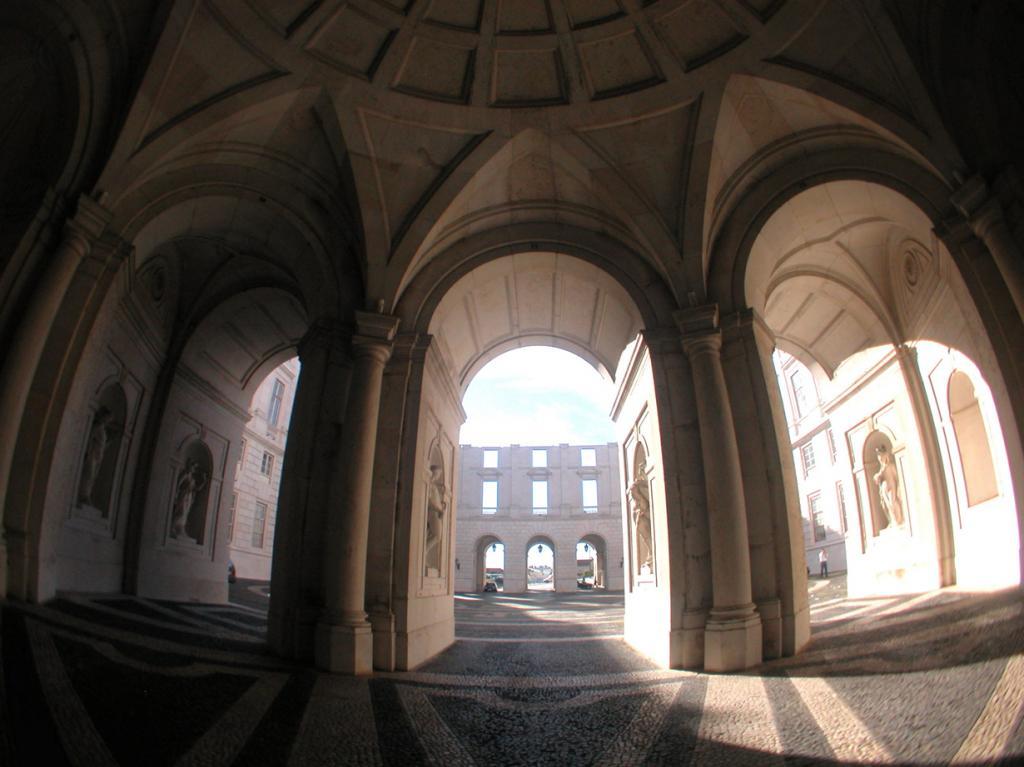Португалия. Лиссабон. Дворец Ажуда. Строительство здания началось в 1796 году. Однако, строительные работы постоянно прерывались; 1910 вообще были приостановлены в результате революции. Стоит отметить, что дворец является резиденцией королевской семьи Португалии. (siwmae)