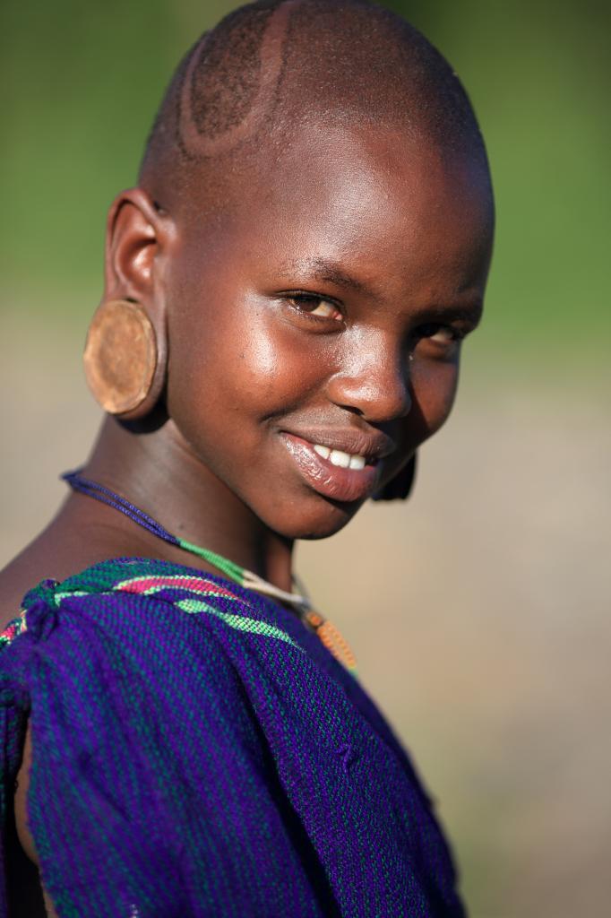 У женщин сурма, как и мурси, принято носить губные и ушные пластинки. Иногда их размеры просто шокируют. (Dietmar Temps)