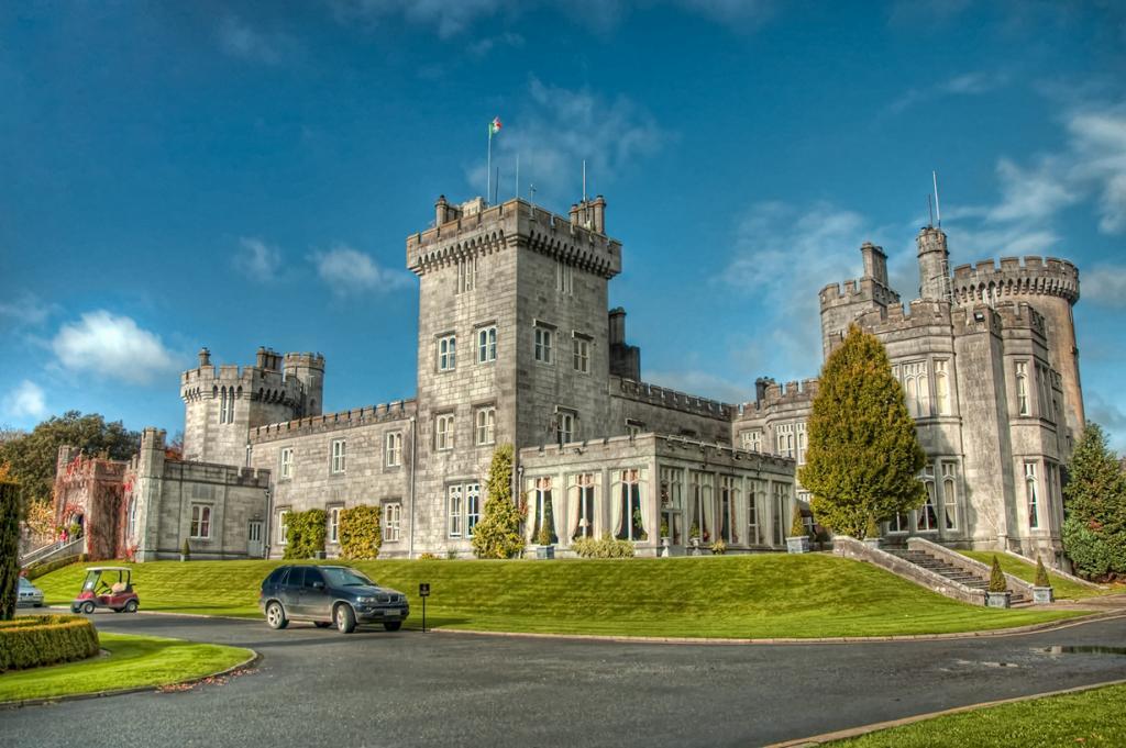 Ирландия. Клэр. Замок Дромоланд. Здание используется в качестве отеля с 1962 года и включает в себя 74 номера. Стоимость номера за две ночи — от €235. (Noah Katz)