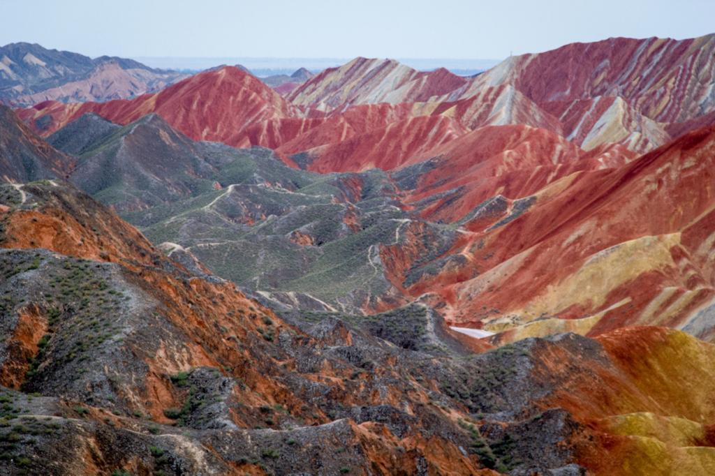 Китай. Ганьсу. Национальный геопарк Чжанъе Данься — скопление разноцветных скал, сформированных вследствие отложений песчаника. В результате движения тектонических плит они «раскрасились» в разные цвета (жёлтый, красный, рыжий, зелёный). (monkeylikemind)