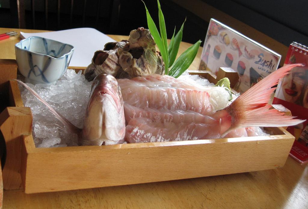 Икизукури. Блюдо относится к японской кухне и представляет собой рыбу с минимальной термообработкой. Во время подачи животное остаётся ещё живым; оно дышит и пытается шевелиться. (Allie Michelle)