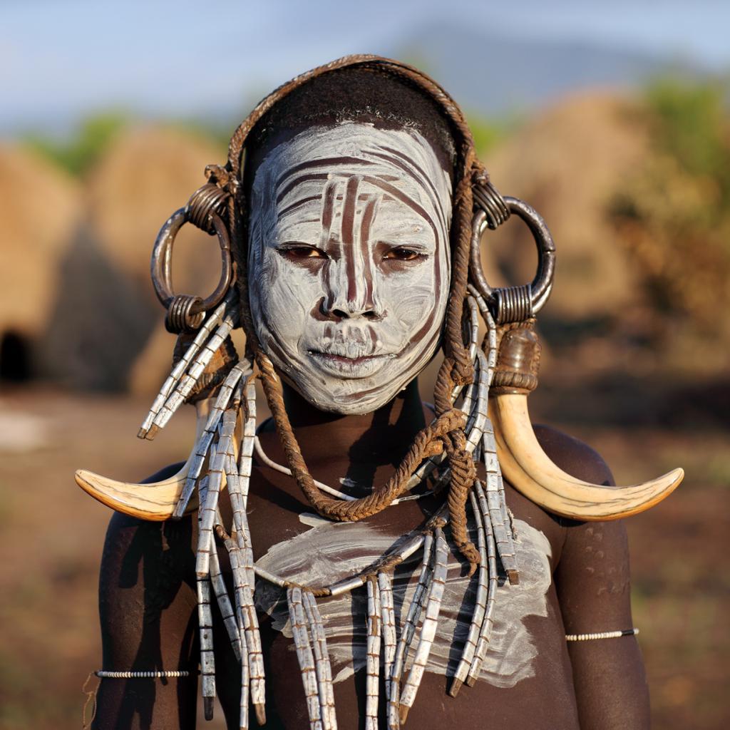 Мурси — самое воинственное и агрессивное племя в Африке. Для поддержания соответственного «имиджа» мурси носят устрашающие головные уборы из рогов и кожи, а также разрисовывают тело краской. (Dietmar Temps)