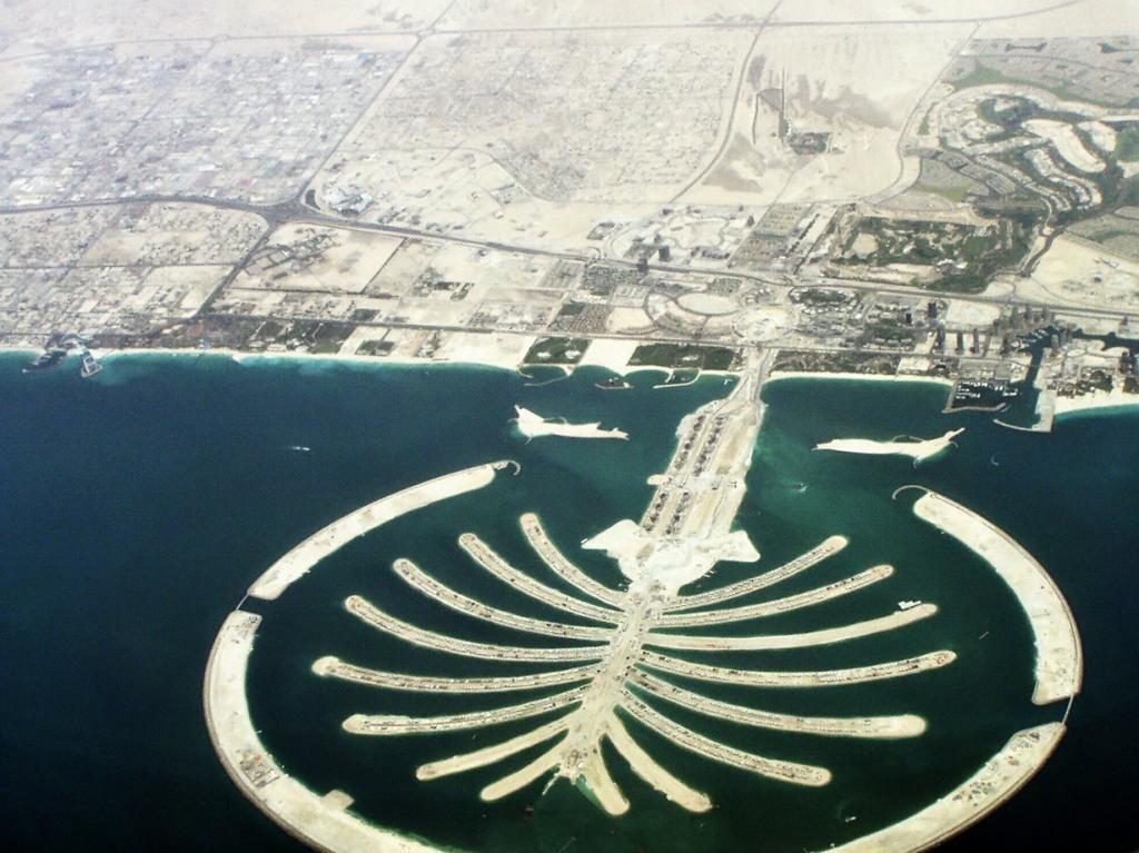 Объединённые Арабские Эмираты. Да, Вы правы. Это острова в форме пальмы. Так называемые острова Пальм являются искусственным архипелагом. Сложно поверить, что это творение рук человека. Однако приведённый выше снимок сему доказательство. (Helmut Pfau)