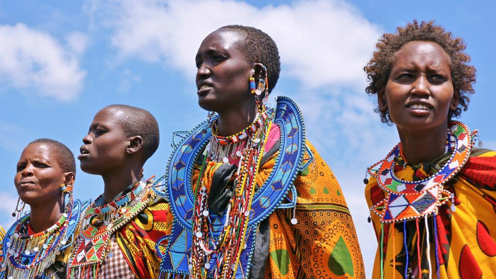 Традиционной одеждой масаев, как мужчин, так и женщин, является хлопковая простынь (шука), которая обматывается вокруг тела. (roger smith)