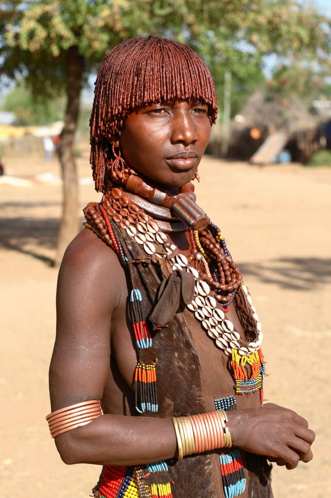 Отличительным элементом стиля этого народа являются причёски, на создание которых уходит не один час. (Dietmar Temps)