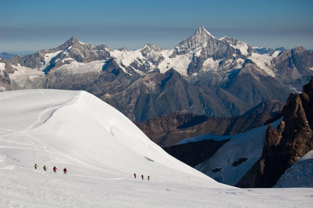 Швейцария. Вале. Горный массив Монте-Роза. Начинающим альпинистам предлагается три классических направления — Поллукс (4 092 м), Брайтхорн (4 164 м) и Кастор (4 228 м).  Лучшее время для восхождения — с июня по октябрь. Все маршруты маркированы; имеются специально оборудованные места для ночлега. Базовая программа восхождения рассчитана на 7 дней. (Francesco Sisti)
