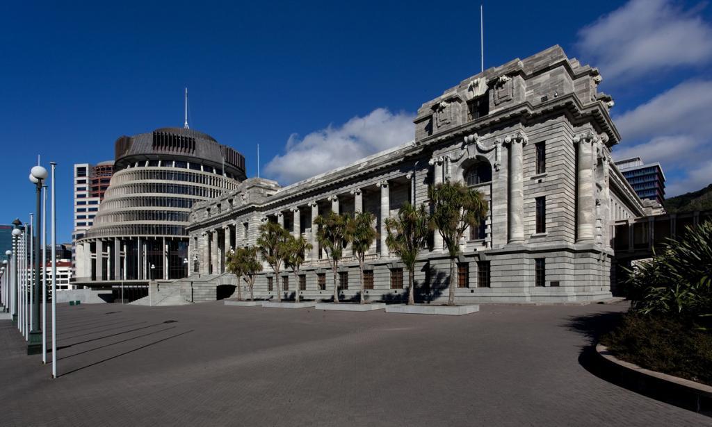 Новая Зеландия. Веллингтон. Здание парламента Новой Зеландии. 1907 году здание было уничтожено в результате пожара. Его реконструкция началась в 1914 году и ведётся по сей день. Стоит также отметить, что местные парламентарии выполняют свою работу по соседству со строителями. (russellstreet)
