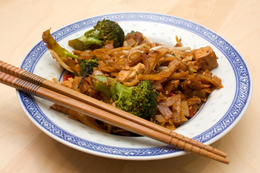 В Таиланде при похмелье употребляют «пьяную лапшу» — блюдо на основе рисовой лапши, тофу, овощей с огромным количеством чеснока и острого перца чили. (penguincakes)