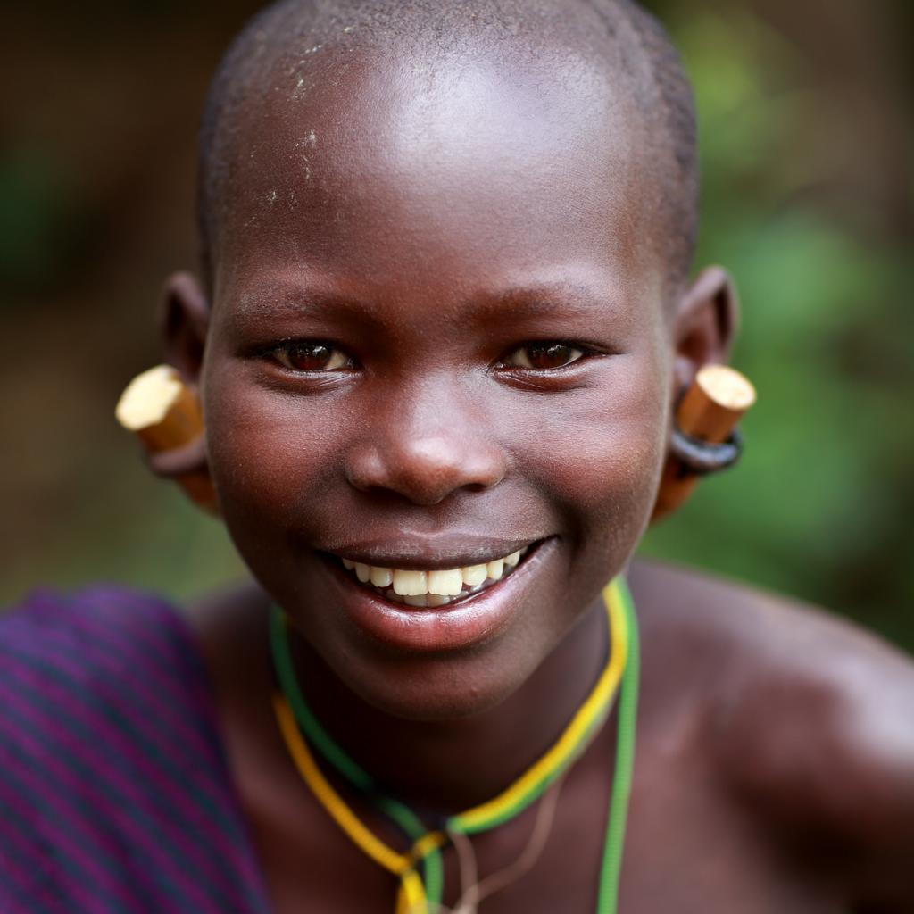 После достижения зрелости девочки начинают носит своеобразный передник из металлических пластинок и использованных гильз. (Dietmar Temps)