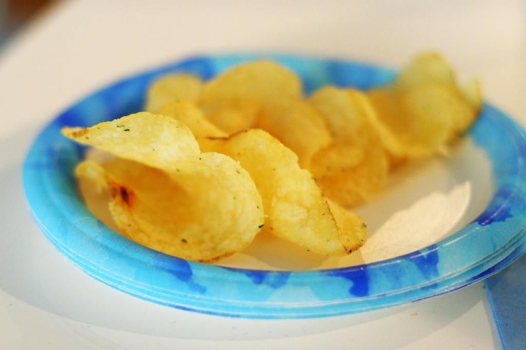 Чипсы — вкусная, но очень неполезная закуска. Употребление чипсов ведёт к ожирению, повышению холестерина в крови. Усугубляют картину наличие в снеке большого количества промышленной химии — усилителей вкуса, ароматизаторов, красители, порой превышающих вес самого картофеля. (Robyn Lee)