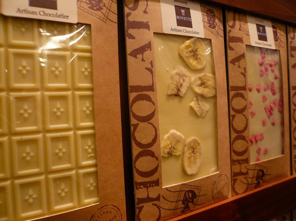 3 место. Bovetti (Франция). История компании берёт своё начало с 1994 года. Ассортимент Bovetti насчитывает более 150 позиций; имеются весьма оригинальные симбиозы вкусов; к примеру, шоколад с лепестками цветов (фиалки, лаванды, розы), фруктами (цельными кусочками банана, апельсина, вишни), специями (горчицей, розмарином). (Coralie Ferreira)
