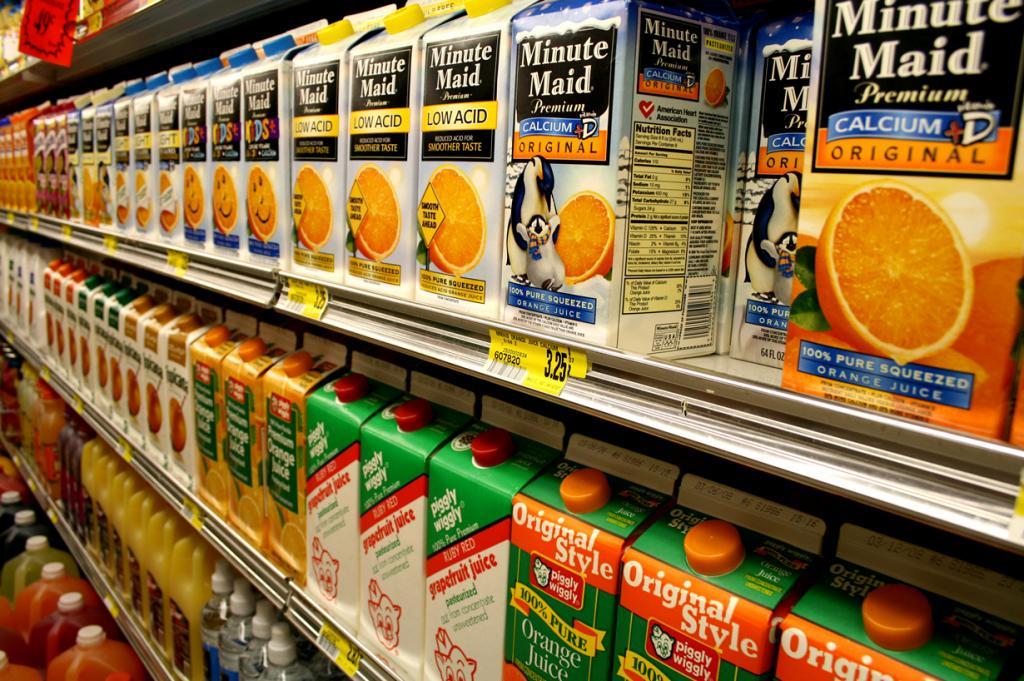 Пакетированный сок — напиток вкусный, однако, содержащий целый ряд консервантов, красителей, ароматизаторов и усилителей вкуса. Поэтому лучше потратить немного свободного времени и самостоятельно сделать сок из свежих фруктов или овощей, который подарит Вам целый кладезь витаминов. (Lindsey Turner)