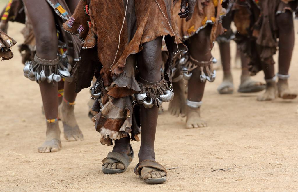 Женщины хамер также тщательно относятся к выбору одежды. В основном это платья из кожи, украшенные ракушками и бисером. Замужние женщины носят на шее два металлических кольца. (Dietmar Temps)