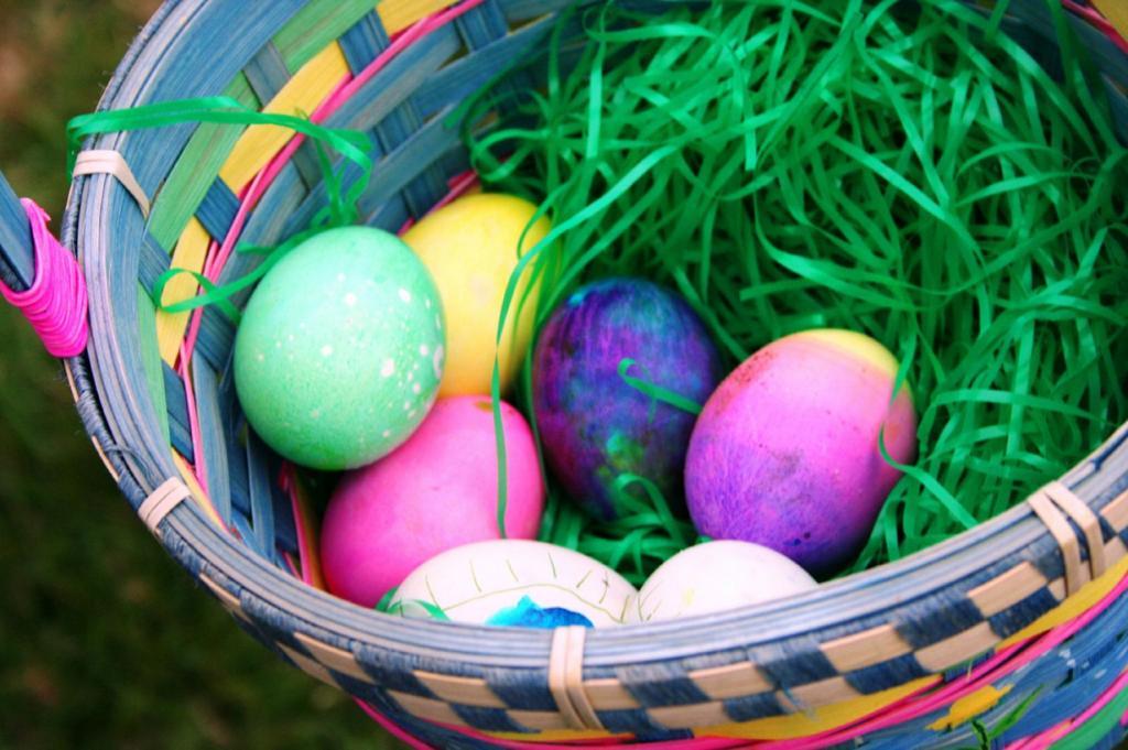 Охота за яйцами — пасхальная игра для детей. (Cyndy Sims Parr)