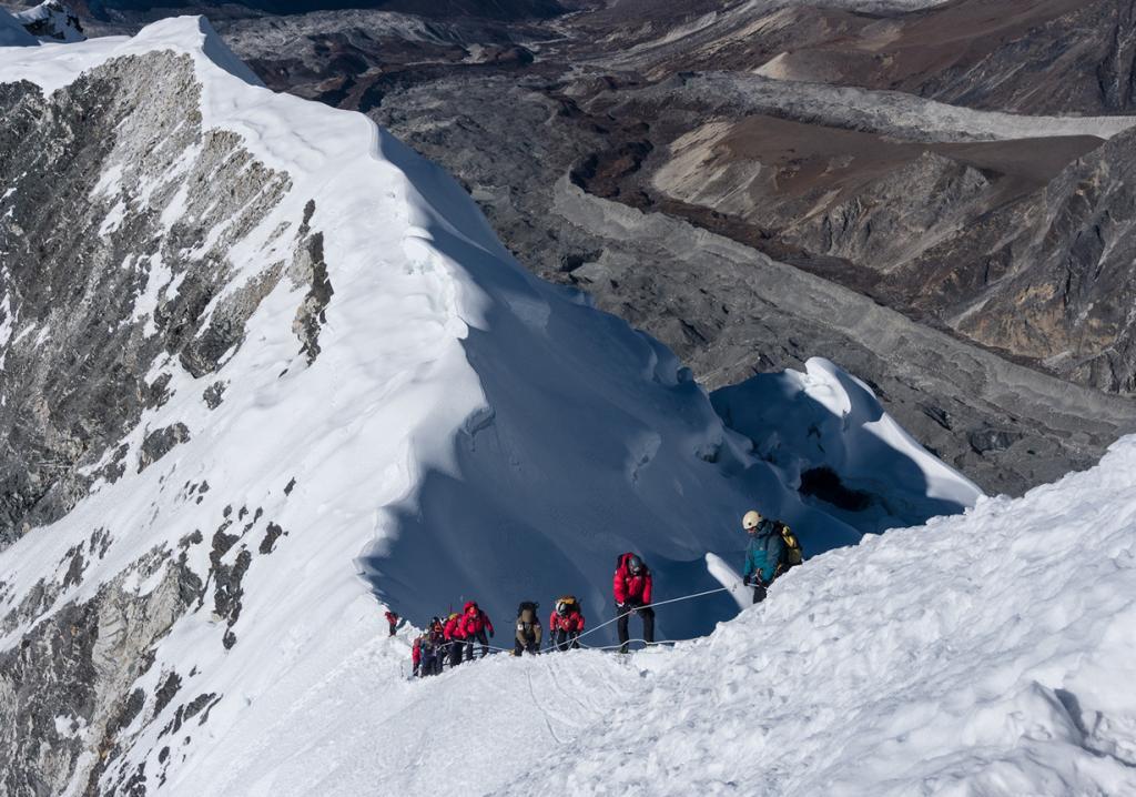 Непал. Айленд-пик. Высота этой гималайской горной вершины составляет 6165 м. Однако, альпинисты, прошедшие базовую подготовку, без особых усилий смогут покорить вершину Айленд-пик. Для этого необходимо иметь навыки хождения в кошках, работы с верёвками. Лучшее время для восхождения — с апреля по май и с октября по ноябрь. (Kiril Rusev)