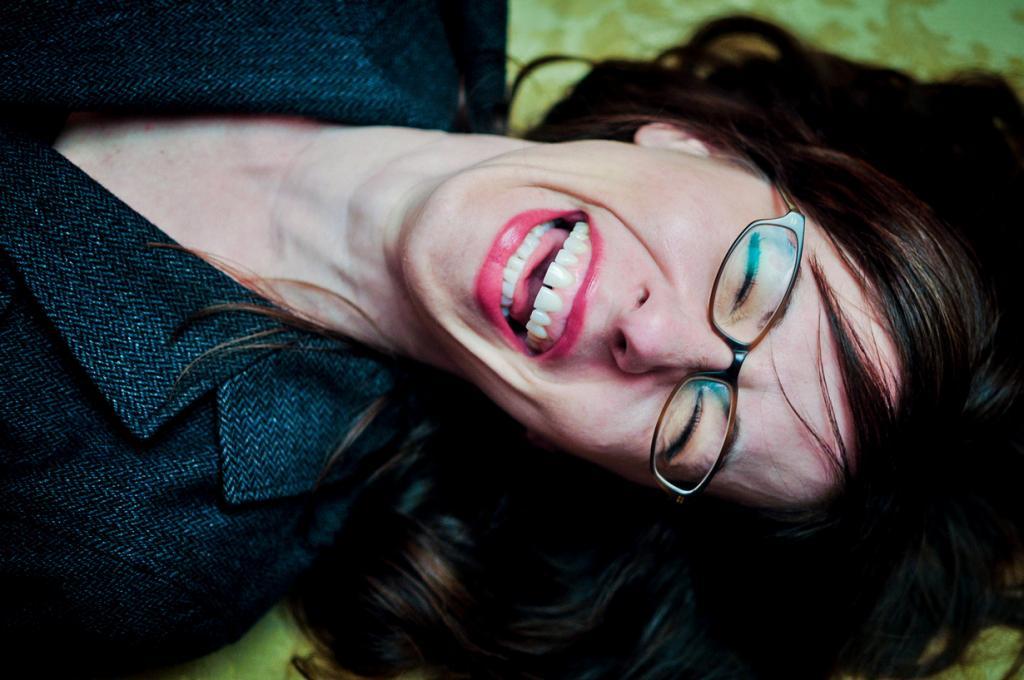Смехотерапевт. Лучший способ находиться в хорошем настроении каждый день — это стать смехотерапевтом. Главная цель такого специалиста — помочь пациенту смеяться для улучшения здоровья за счёт увеличения уровня эндорфинов и снижения стресса. Существуют как индивидуальные, так и групповые сеансы. Смехотерапевты, как правило, — квалифицированные врачи в области психического здоровья. (Brando Bean)