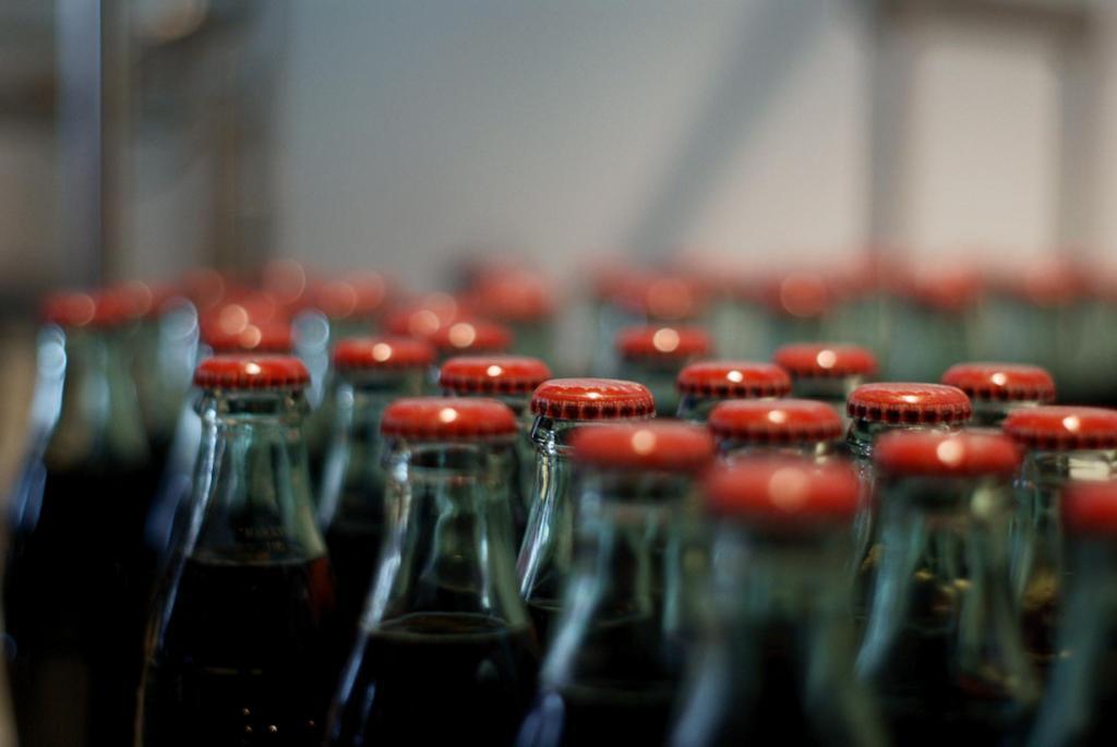 Газированные сладкие напитки. На сегодняшний день на рынке представлено огромное количество разнообразных лимонадов, содовых, которые так нравятся взрослым и детям. Согласитесь, как же приятно выпить бутылку охлаждённой колы в жаркий день! Однако, не стоит забывать, что подобные напитки содержат ароматические эссенции, красители, консерванты и большое количество сахара (на один стакан до четырёх ложек сахара). Регулярное употребление газировок может привести к такому заболеванию, как сахарный диабет. (Alan)