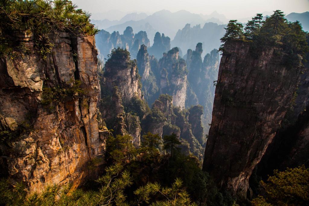 «Тяньцзы» буквально означает «Сын неба» и используется в качестве названия для китайских императоров. Гора Тяньцзы является одним из величайших творений природы. Глядя только на фото остаёшься поражённым её красотой. (燕宏 蔡)