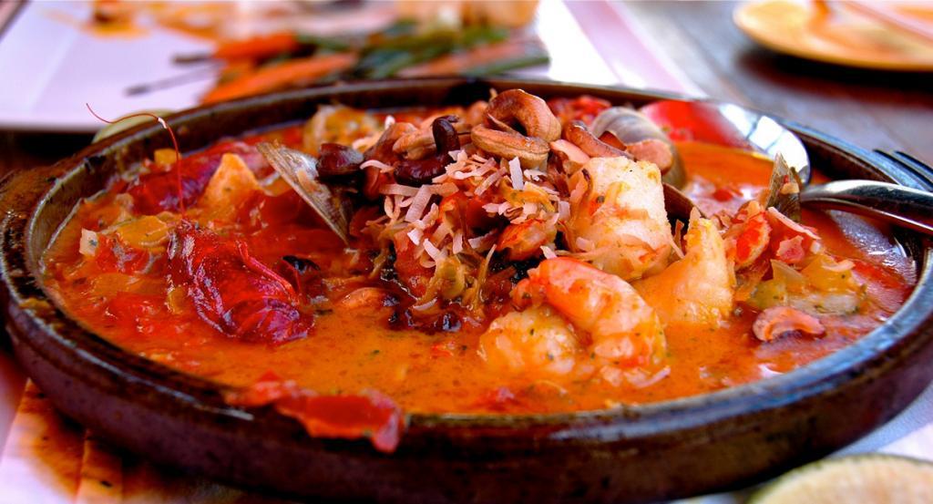 В Бразилии от похмелья спасаются блюдом под названием мокека — это запечённая рыба, с кокосовым молоком, перцем, луком и кориандром. (Brenda Benoît)