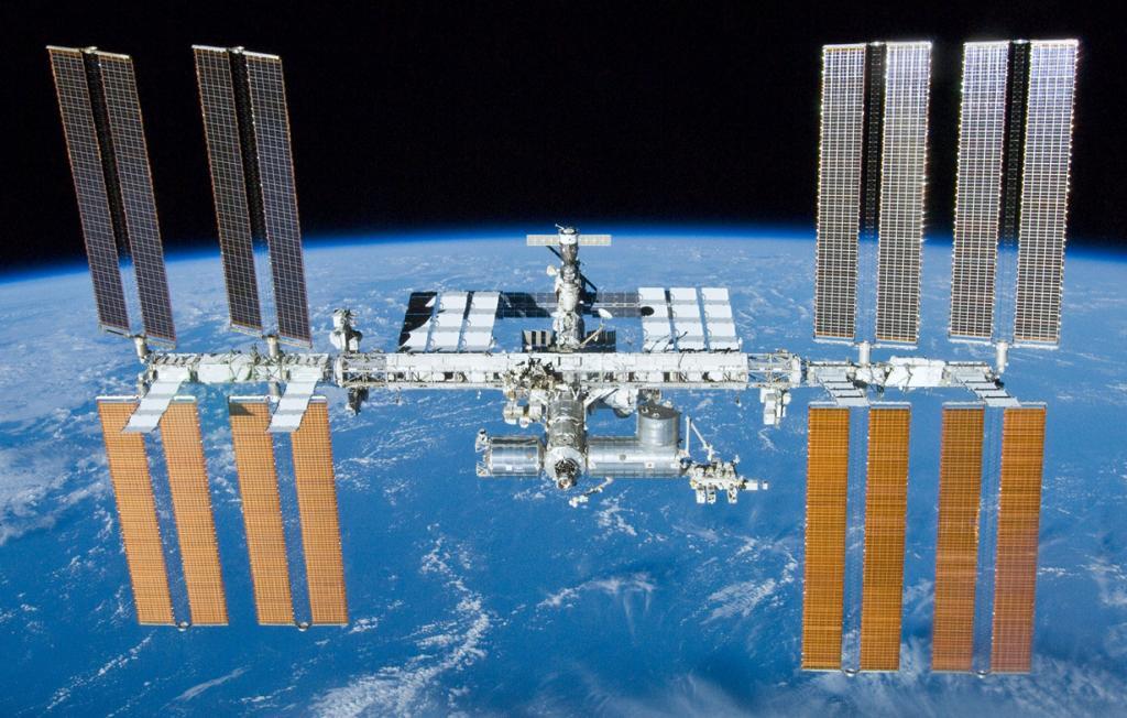 Международная космическая станция. Строительство объекта началось в 1998 году. Однако, не смотря на своё пребывание в космосе (состоянием на 18.02.2015 — 5934 суток на орбите) она постоянно находится в состоянии модернизации. (NASA/Crew of STS-132)
