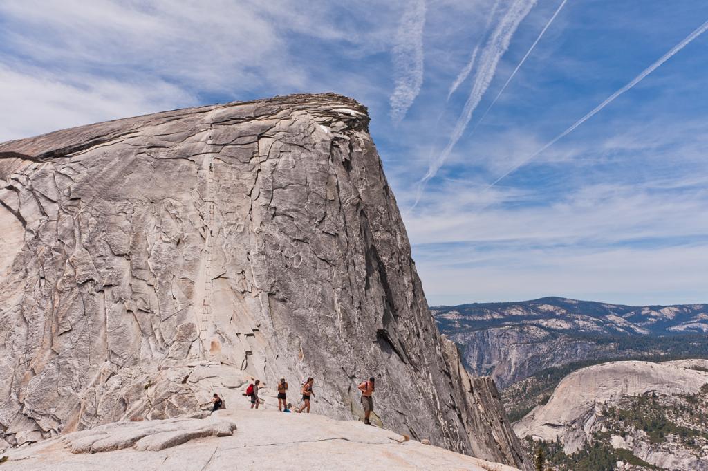 США. Калифорния. Скала Хаф-Доум (2694 м над уровнем моря). Объект является одним из символов Национального парка Йосемити. Ежегодно на её вершину поднимаются около 50 000 человек. Последние 150 м из 12 км маршрута представляют собой специальную канатную тропу, созданную в 1919 году. (Jason Hsiao)
