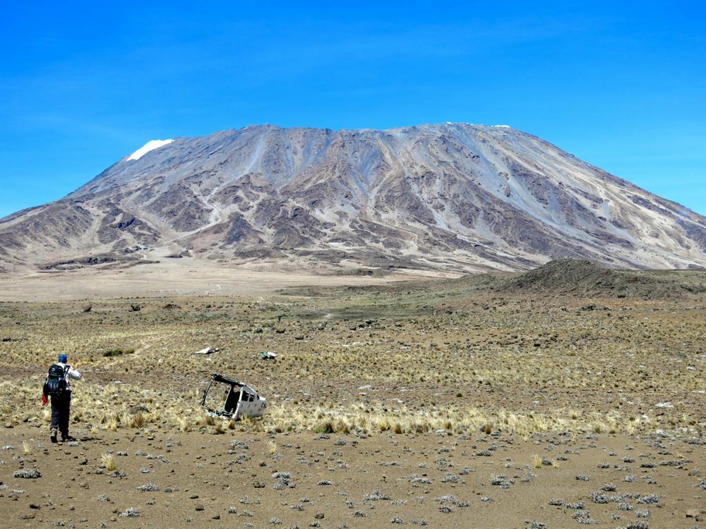 Танзания. Гора Килиманджаро (5895 м над уровнем моря). Однако, несмотря на статус высочайшей горы Африки, покорить её вершину способен даже новичок, а маршруты Машаме, Марангу и Ронгаи — можно преодолеть вообще без подготовки. (Kyle Taylor)