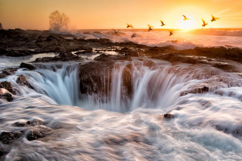 США. Орегон. Глядя на колодец Тора создаётся ощущение, будто сам бог грома и бури пробил своим молотом дыру в середине мыса Перпетуа. Во время прилива объект превращается в природный «фонтан», извергающий струи пенистой воды. Незабываемое зрелище. (Bill Young)