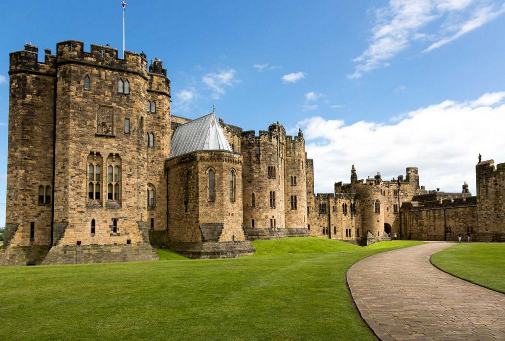 Замок Алник. Здание было задействовано в съёмках кинофильмов «Айвенго» (1982) и некоторые сцены фильмов о Гарри Поттере. (Smudge 9000)