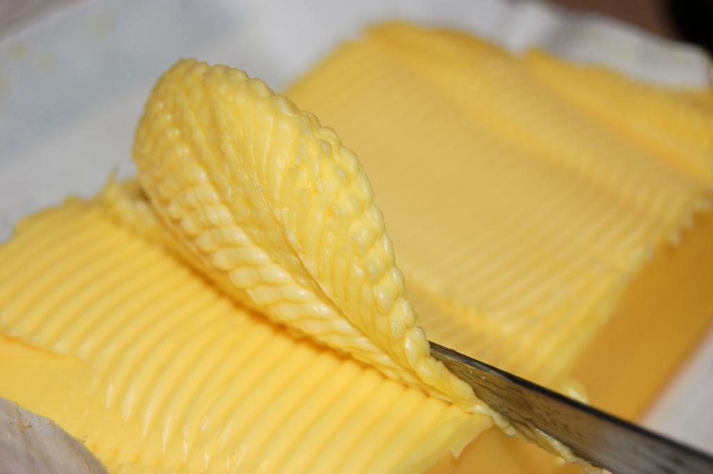 Маргарин — нездоровая и сравнительно дешёвая альтернатива сливочному маслу. Продукт содержит транс-жиры, антиоксиданты, эмульгаторы. Стоит отметить, что маргарин часто используют в хлебопекарной и кондитерской промышленности, а также в качестве спреда для бутербродов. Искусственные компоненты маргарина приводят к снижению иммунитета и нарушению обмена веществ в организме человека. (Dwayne Madden)